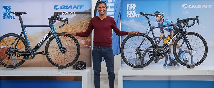 Alessandro Fabian insieme alle biciclette giant