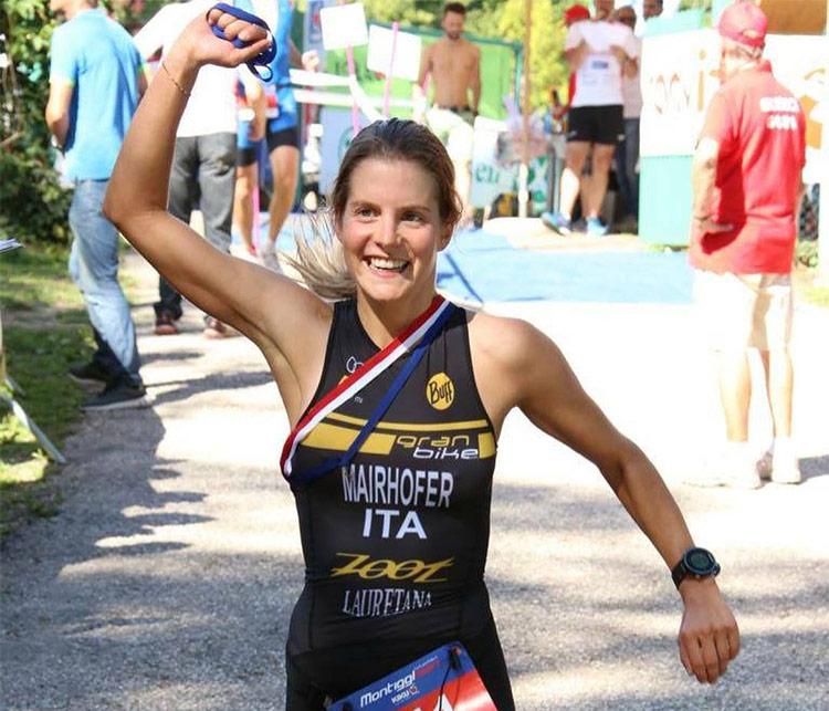 Sandra Mairhofer tronfante dopo una gara di triathlon