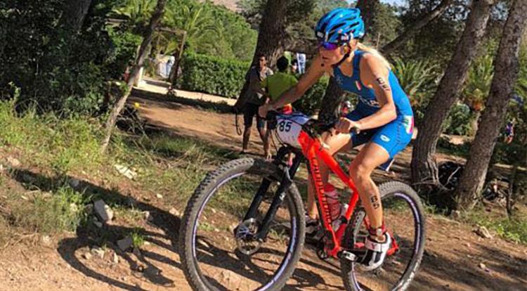 Sandra Mairhofer in una gara di triathlon