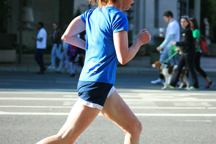ragazza già esperta che corre allenamento triathlon 2019