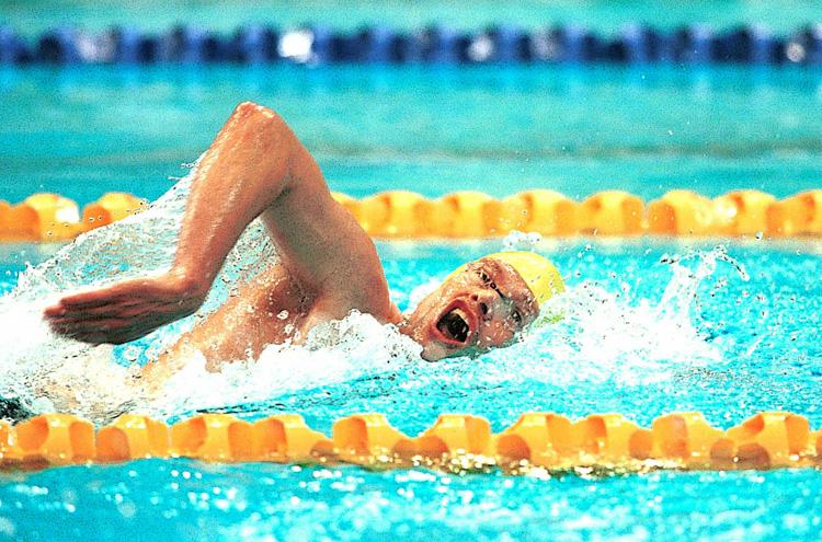 Nuotatore nuota a stile libero in piscina