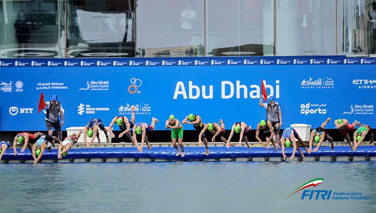partenza prima frazione triathlon nuoto
