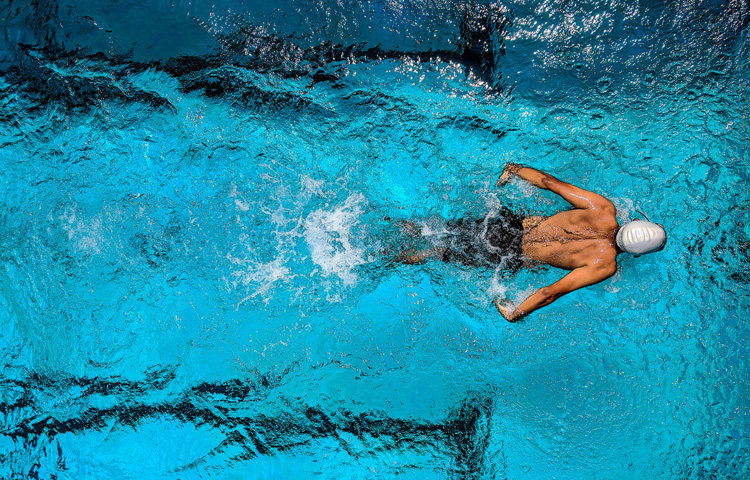 Triatleta che nuota in piscina