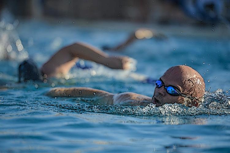 Nuotatori vicini in acqua