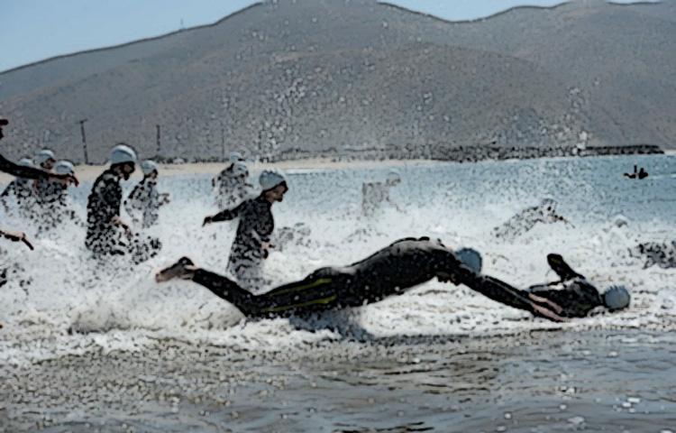 Triatleti in gara nella frazione di nuoto