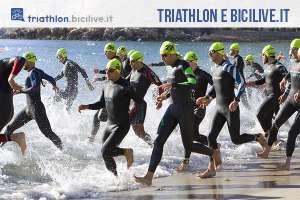 gruppo di triatleti che entrano in acqua
