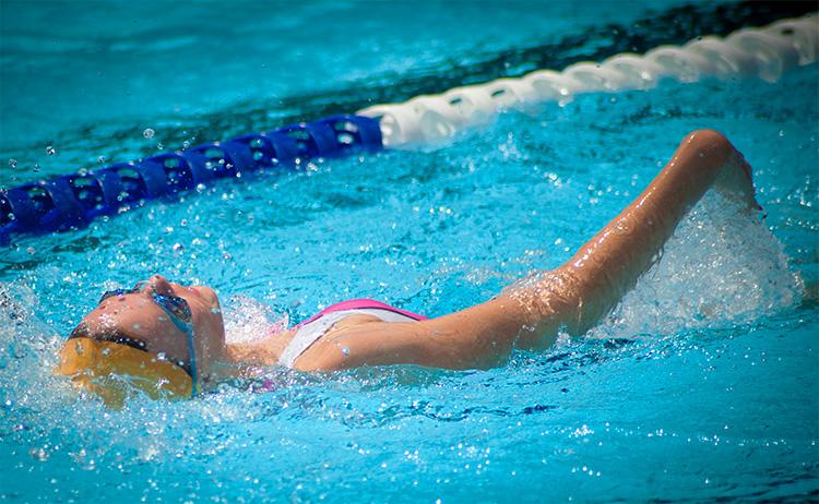 triathlon ragazza che si allena a dorso nuoto 2019