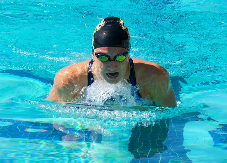 ragazza triathlon che si allena a nuotare a rana nuoto 2019