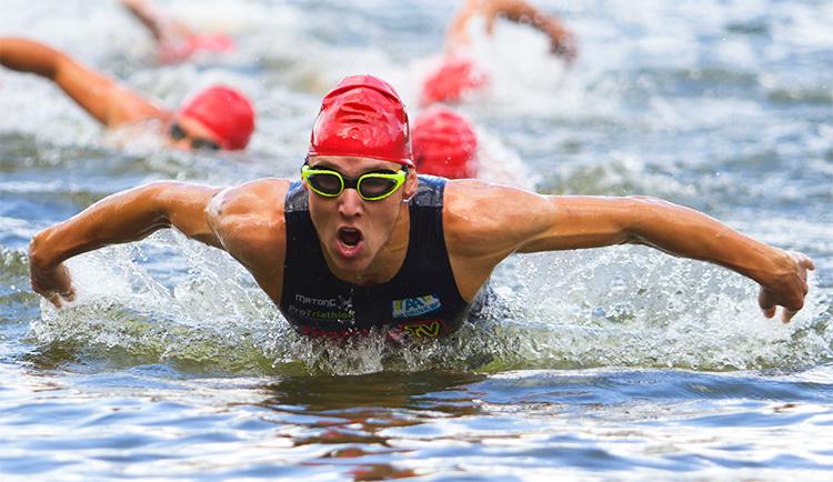 triathlon nuotata a farfalla mentre esce dall'acqua nuoto 2019 schiena