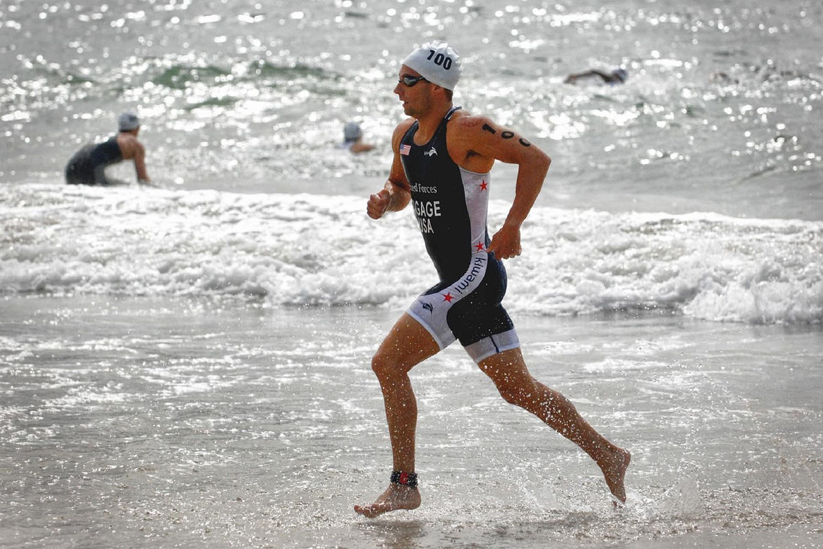 Un triatleta nel corso di una gara della triplice disciplina