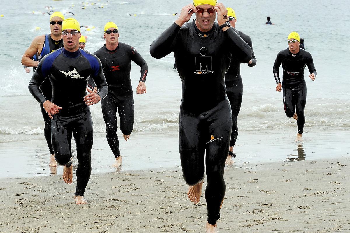 Atleti al termine della frazione di nuoto durante una gara di triathlon