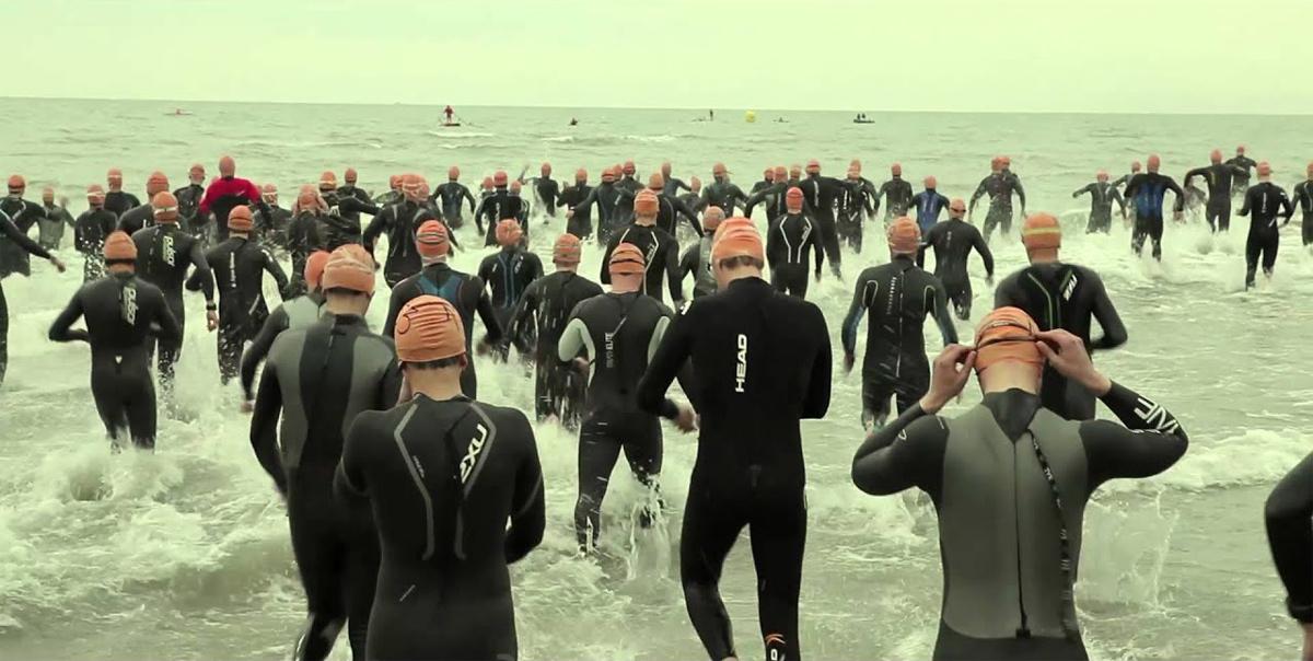 La partenza della gara di triathlon all'Irondelta