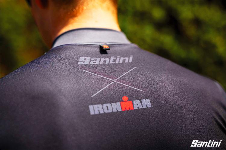 Il logo Santini IRONMAN su una maglia da triathlon