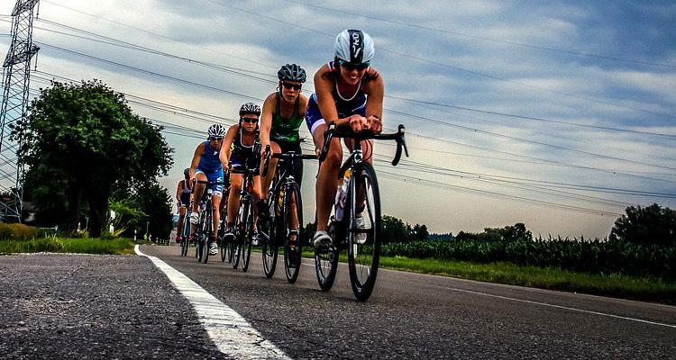 Ciclisti in una gara di triathlon