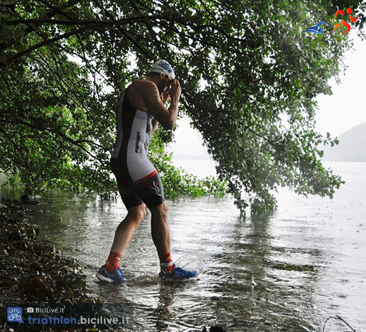 swimrun atleta che si prepare ad entrare in acqua