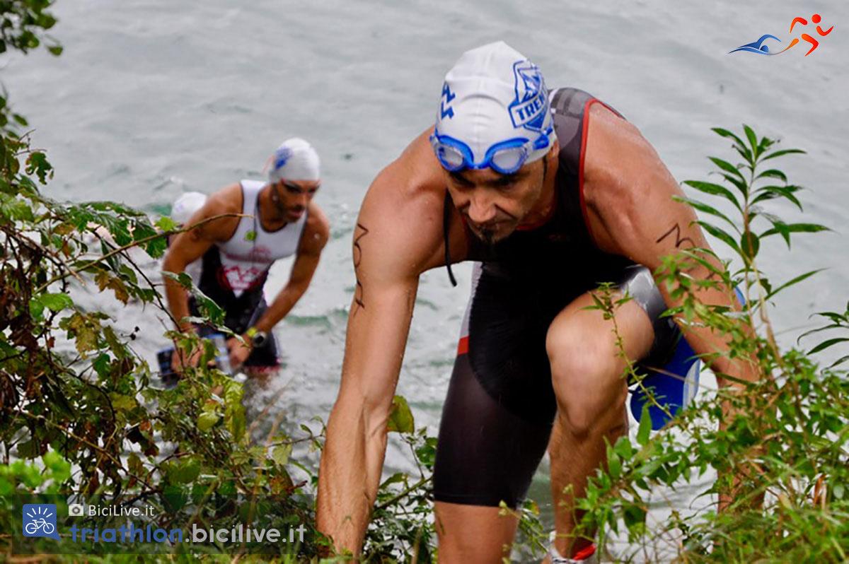 L'uscita dall'acqua in una gara di swimrun: l'ambiente è selvaggio