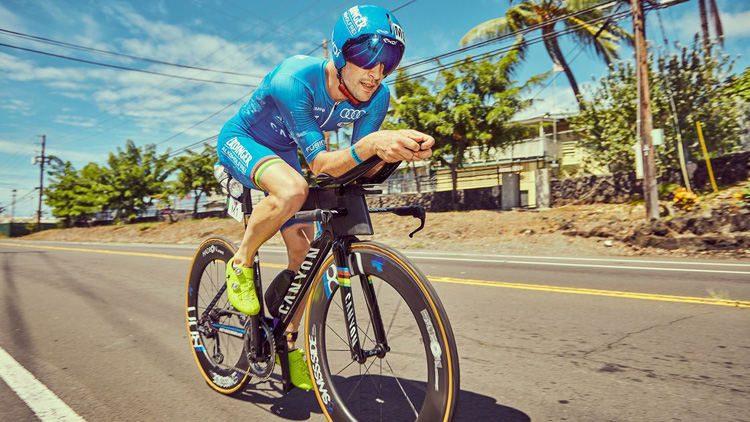 Un atleta della triplice disciplina in sella a una bici Canyon Speedmax