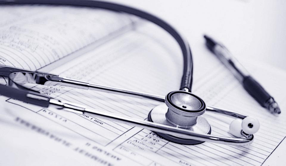 Stetoscopio e registro in un ambulatorio medico sportivo