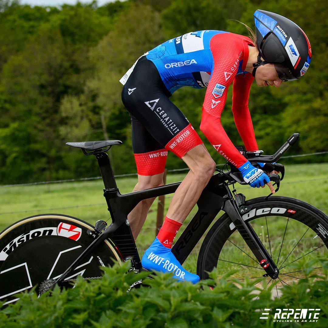 Ciclista in sella a una bici da crono con sella Repente Magnet ultraleggera