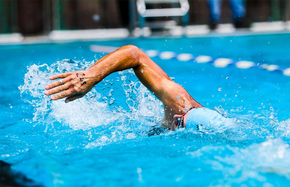 Fase della nuotata in piscina di un triatleta