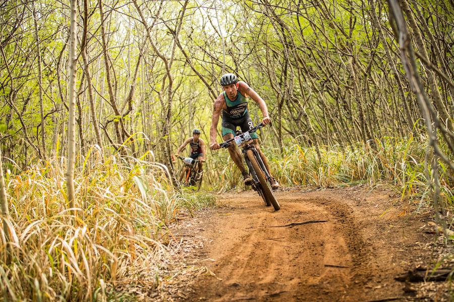 Sam Osborne guida la frazione in mountain bike ai Mondiali Xterra a Maui, HAwaii