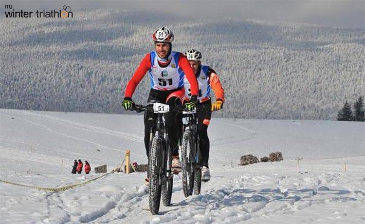 Atleti che vanno in mtb durante la seconda frazione del Winter Triathlon World Championships 2020