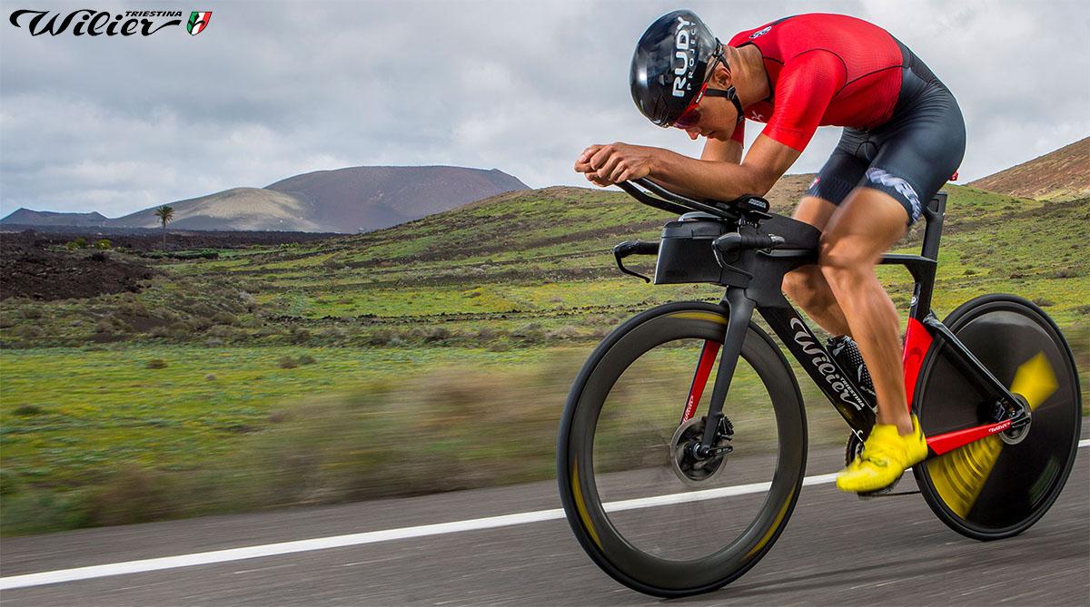 Il triatleta in sella alla nuova bici Wilier Turbine in azione 2020