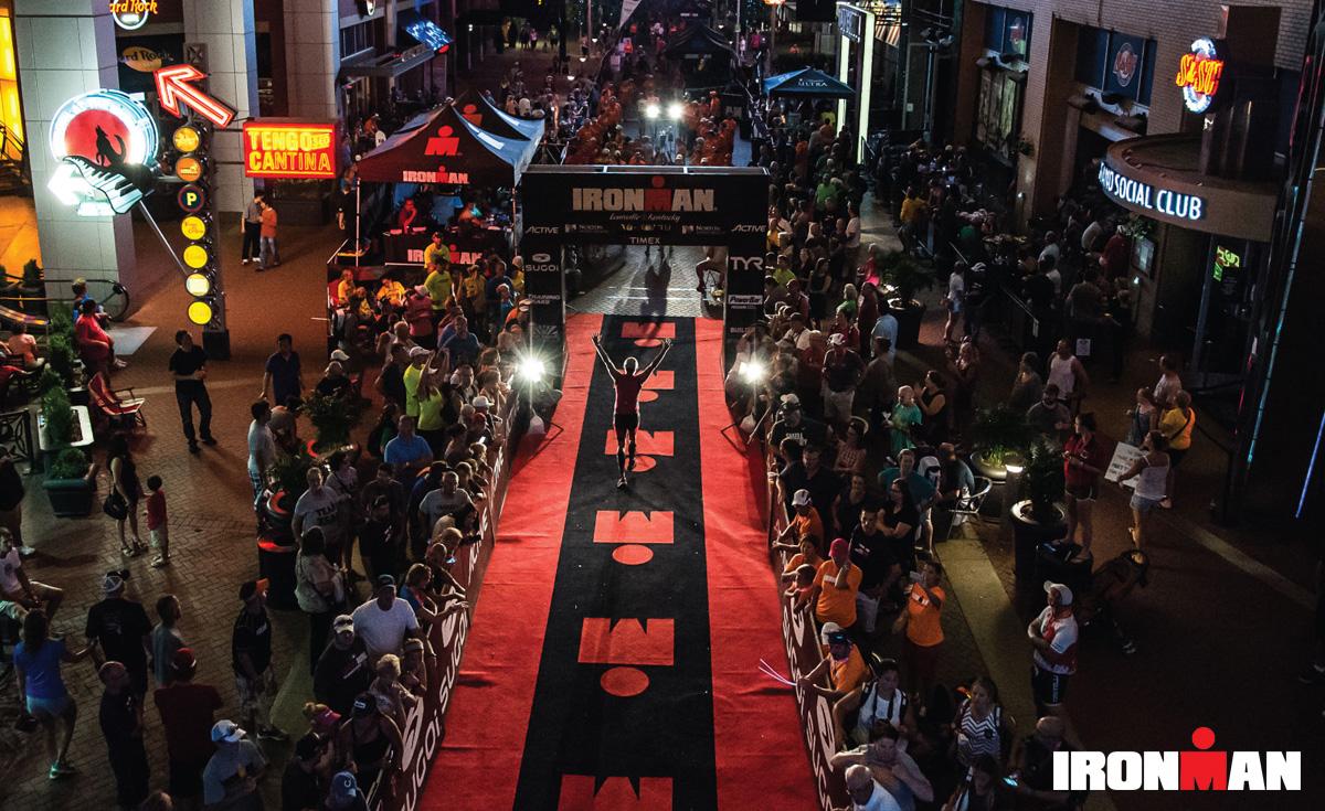 Un triathleta all'arrivo di una gara Ironman