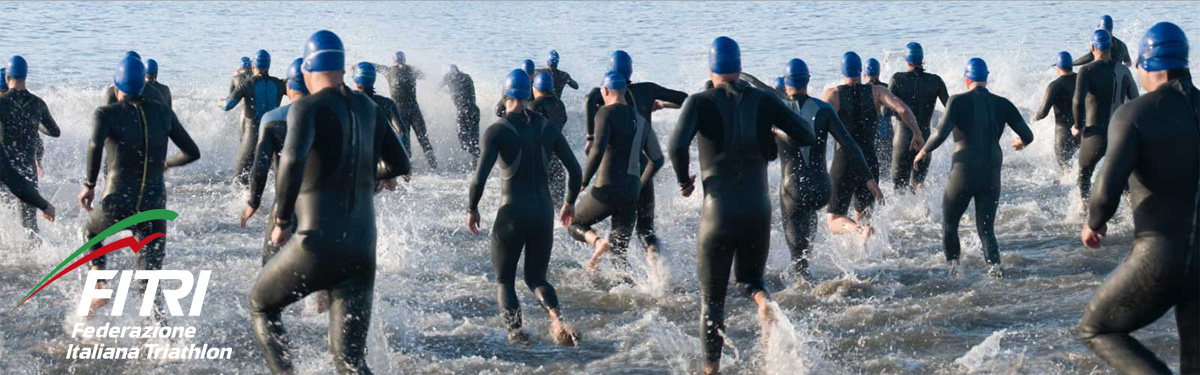 Triatleti in una gara impegnati nella frazione di nuoto