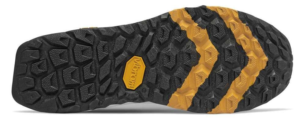 Il battistrada fitto e tassellato di una scarpa New Balance Hierro, realizzato in gomma Vibram
