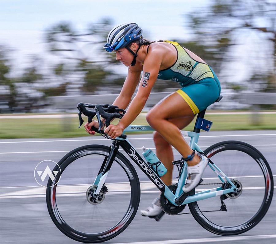 La triatleta Emma Jeffcoat in gara su bicicletta sponsorizzata Dedacciai con accessori Deda Elementi