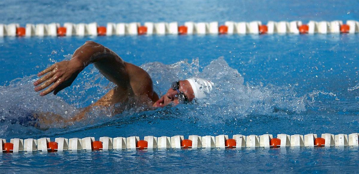 Nuotatore in vasca nuota a stile libero