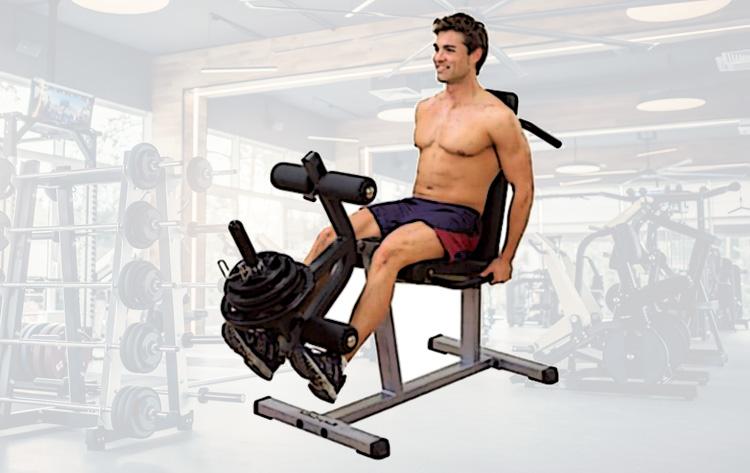 Atleta si allena alla macchina della leg extension