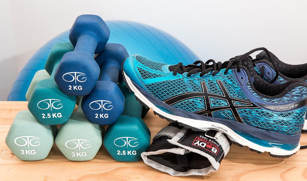 Strumenti, scarpe e attrezzi per esercizi in palestra