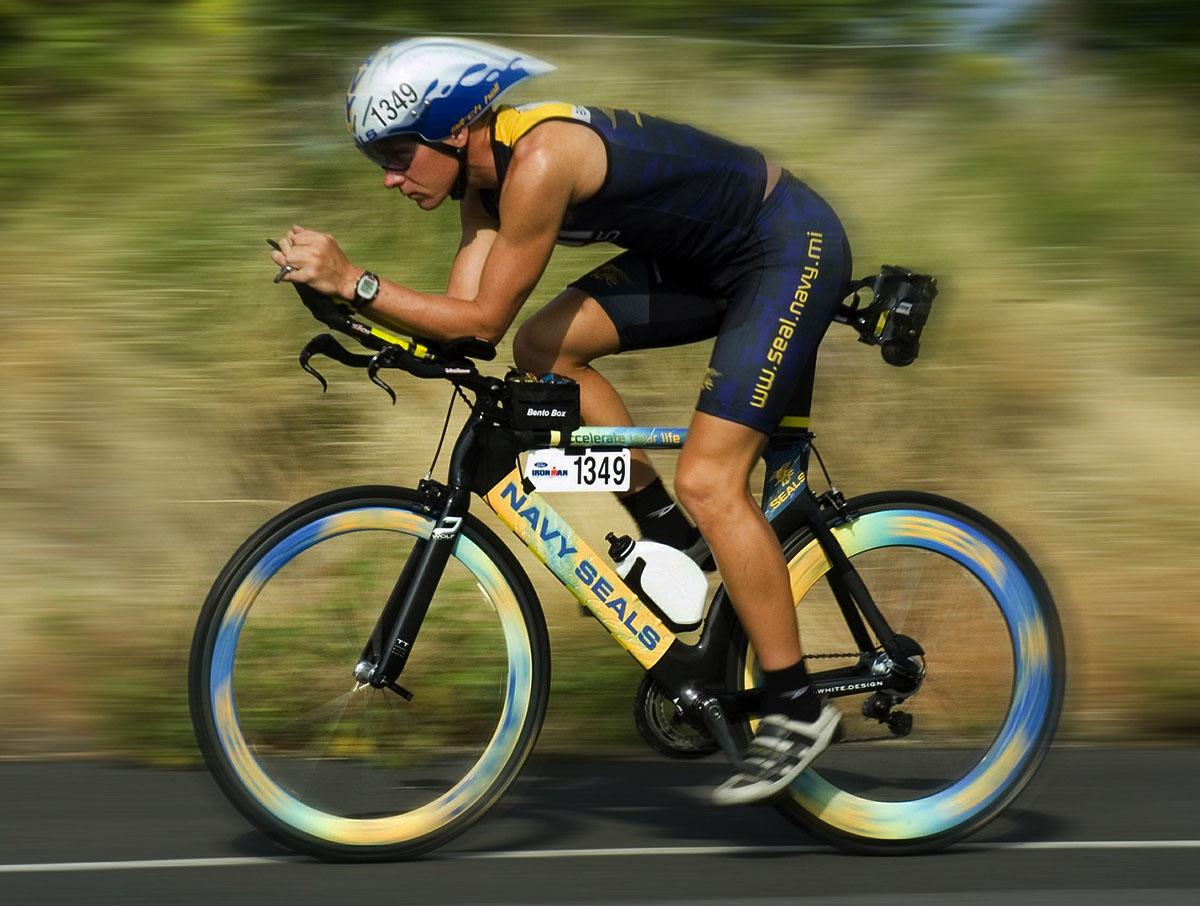 triatleta che pedala durante una gara di triathlon