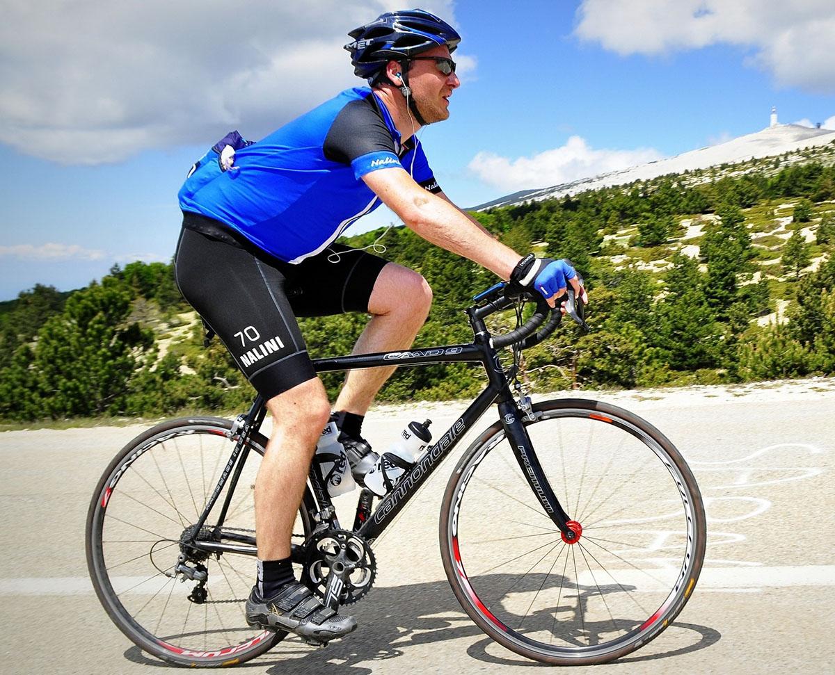 ciclista che pedala su una strada