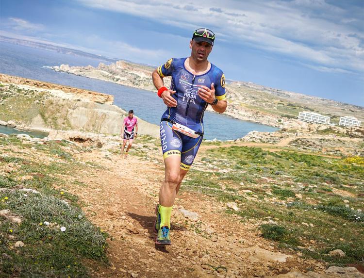 Triatleta gareggia nell'XTerra di Malta con scarpe da trail