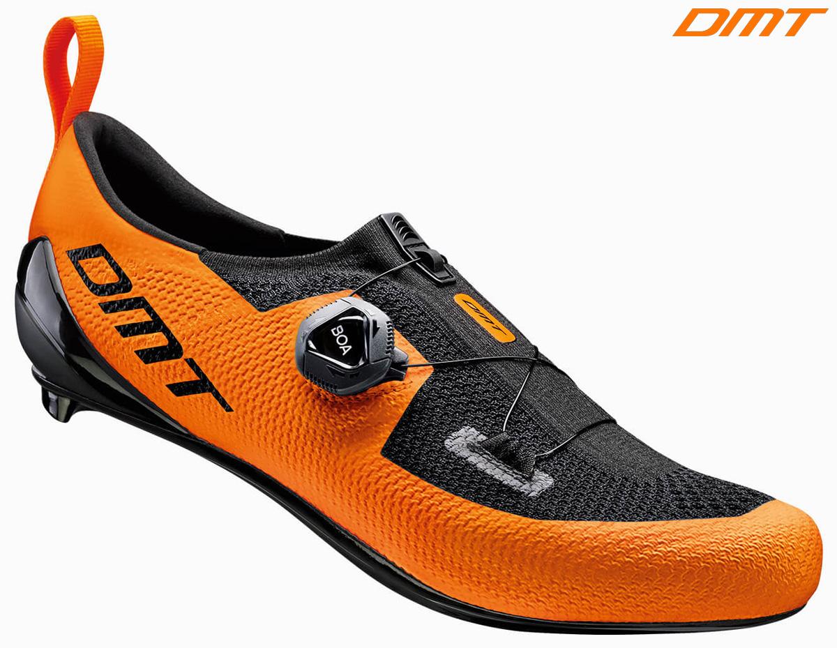 Una scarpa da ciclismo e triathlon DMT KT1 nella colorazione arancione e nero