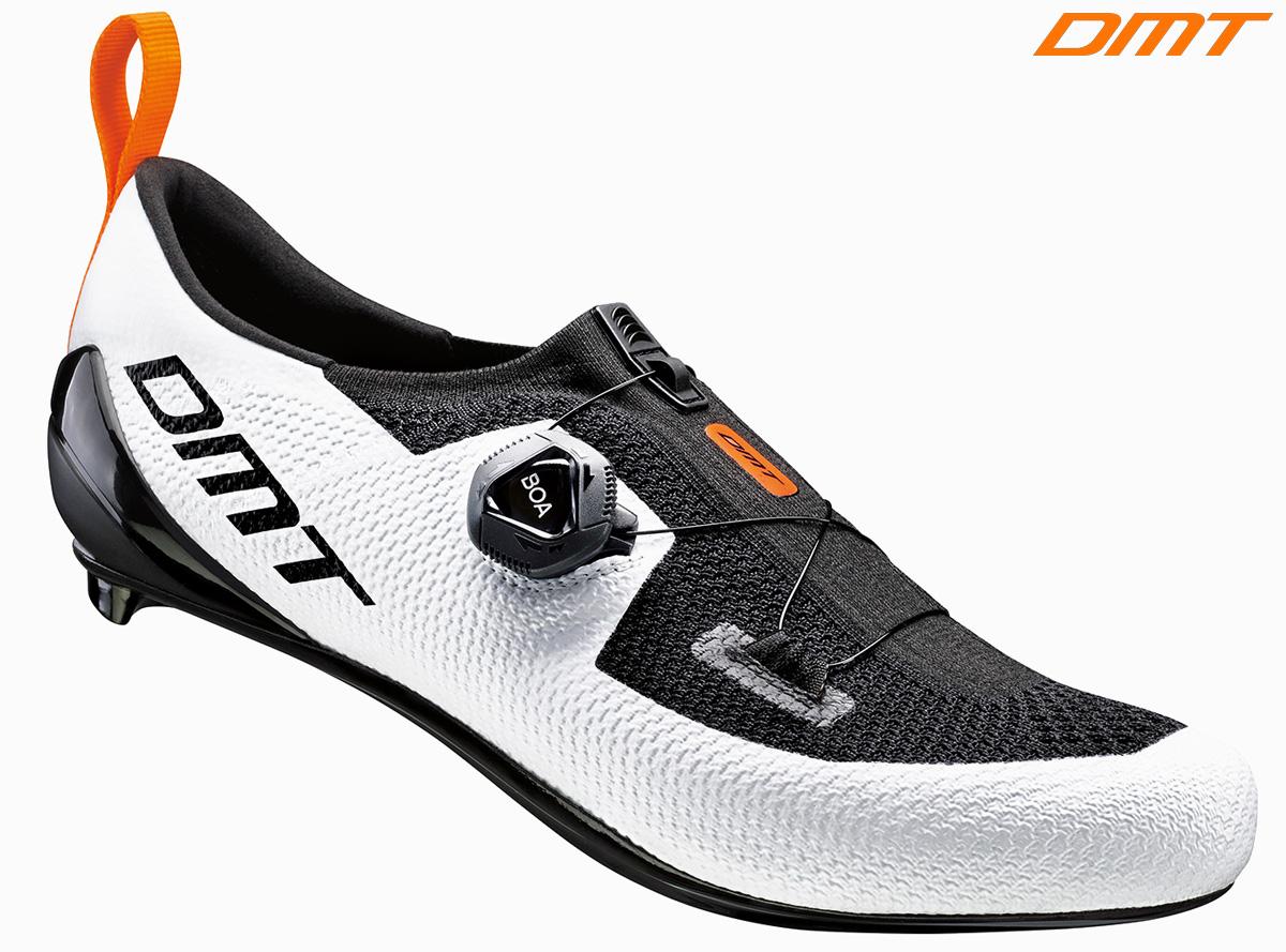 Una scarpa da ciclismo e triathlon DMT KT1 nella colorazione bianco e nero