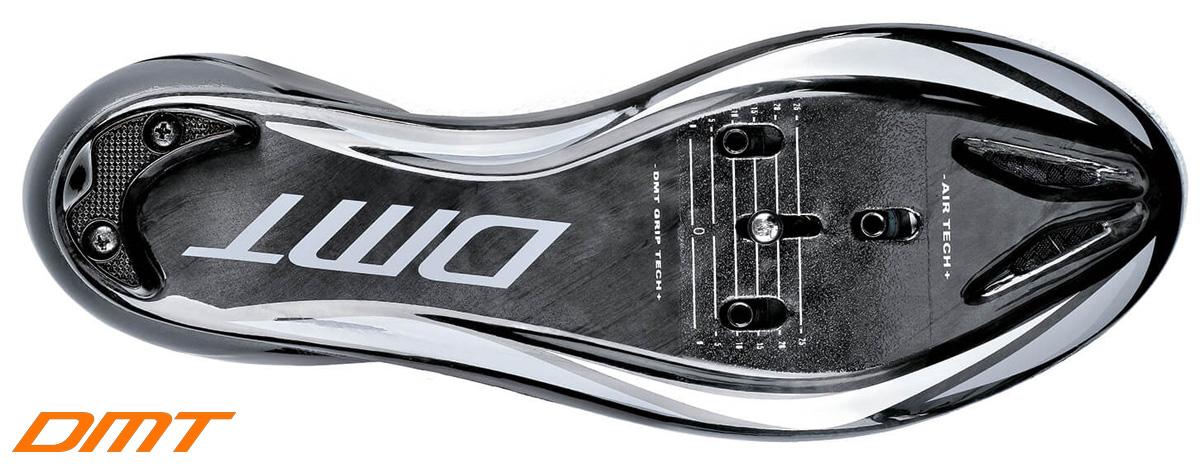 La suola anatomica realizzata in carbonio della calzatura triathlon DMT KT1