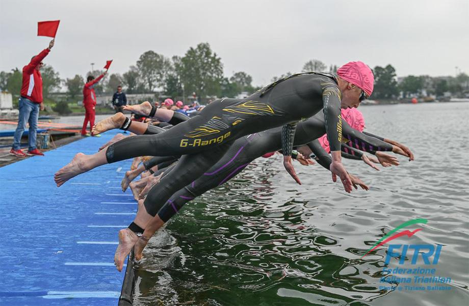 Triatleti si tuffano nelle acque dell'Idroscalo di Milano