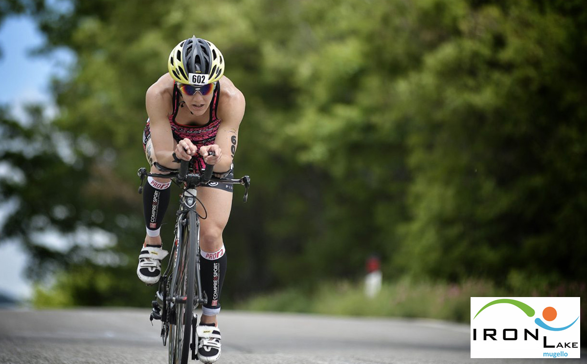 Triathleta donna in gara all'Ironlake Mugello