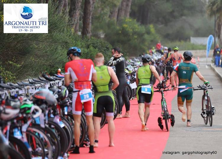 Triatleti nella fase di transizione durante il Triathlon Medio Porto degli Argonauti