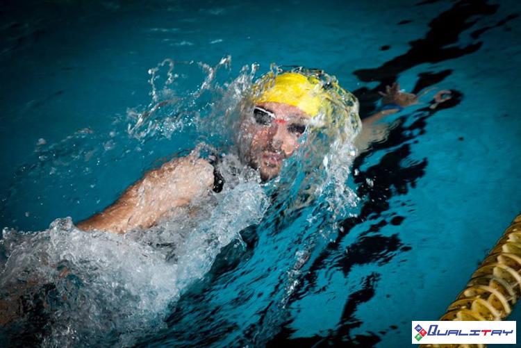 Triatleta impegnato nella frazione di nuoto al Triathlon Sprint Città di Pinerolo