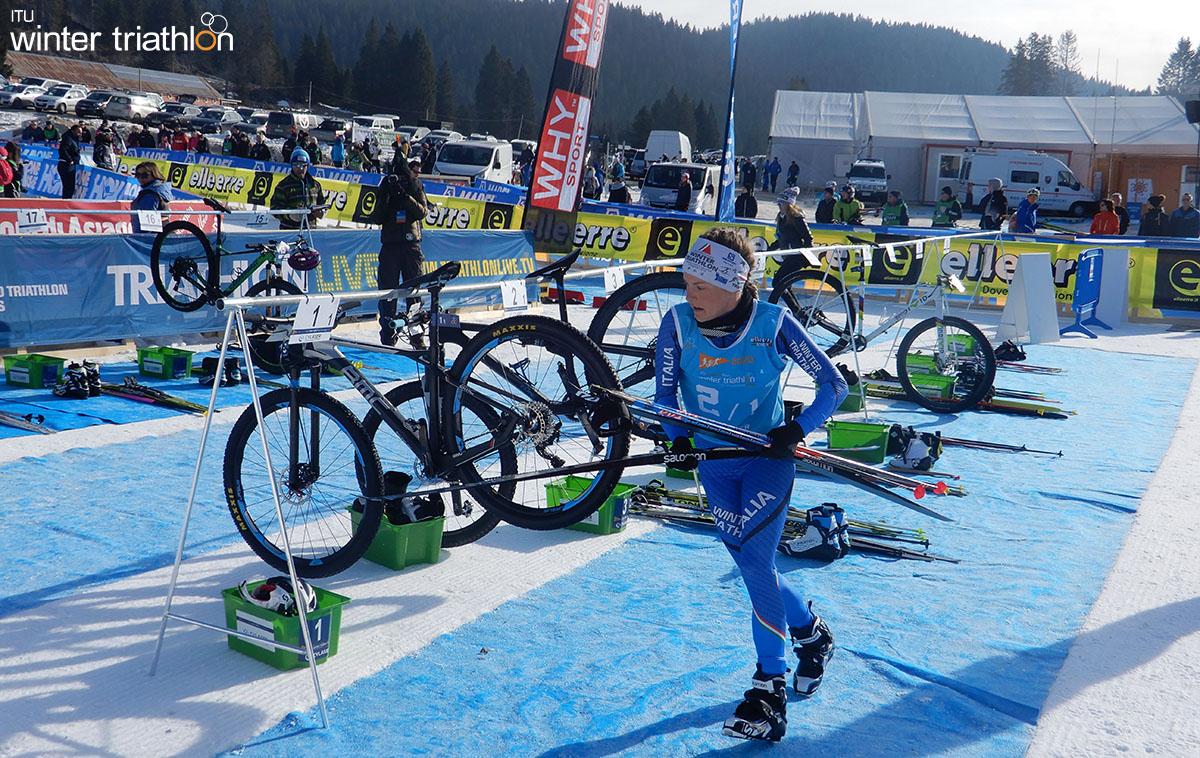 Il cambio bike sci da fondo della azzurra Mairhofer durante la staffetta mista 2x2
