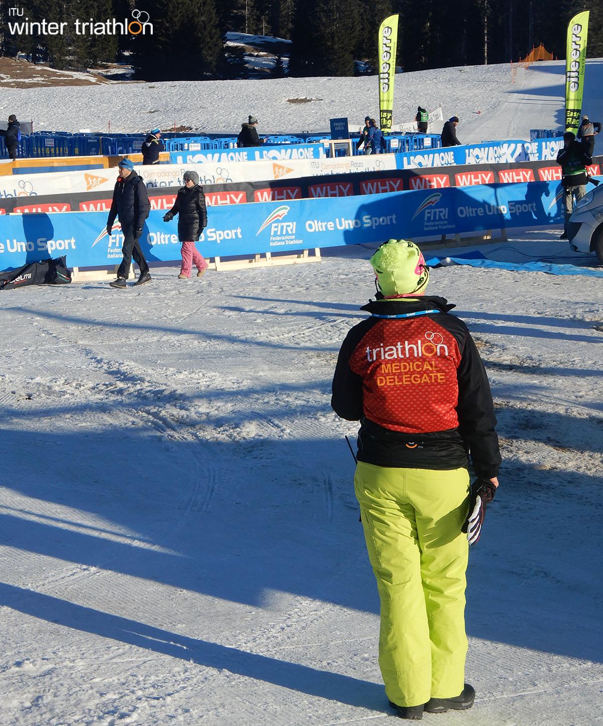 Uno dei tanti giudici al Mondiale di Winter Triathlon