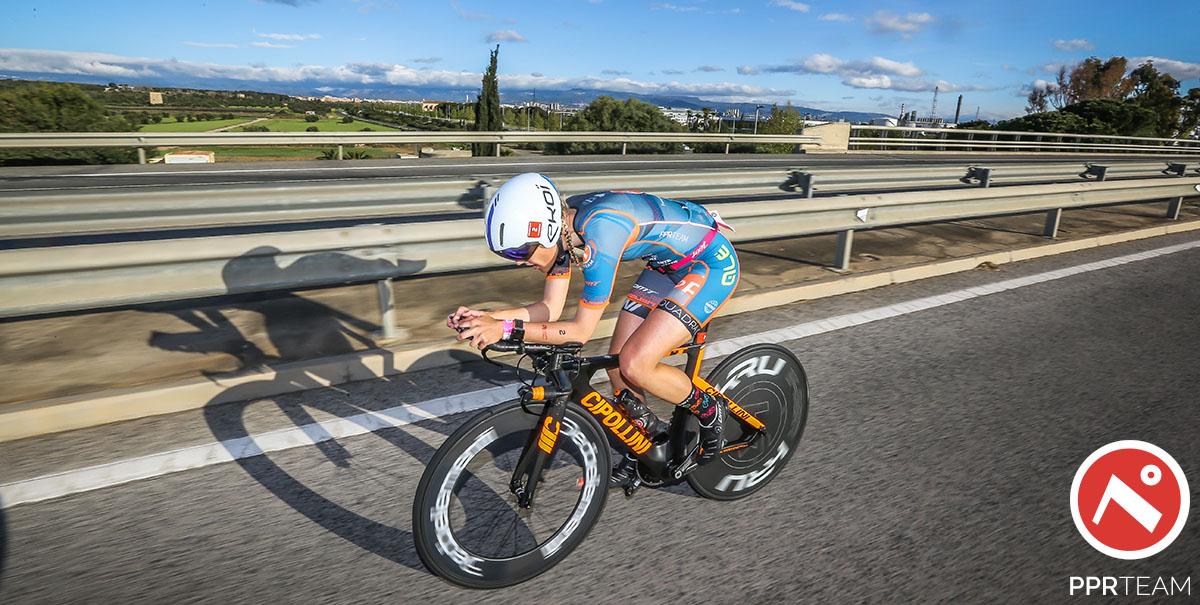 La triatleta Margie Santimaria che pedala durante l'Ironman su bici MCipollini con ruote Deda