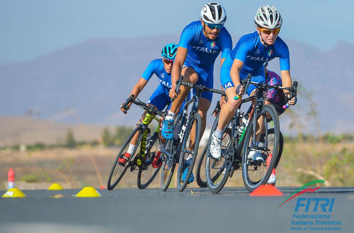 I triatleti Annamaria Mazzetti, Alessandro Fabian e Angelica Olmo che si allenano in bici
