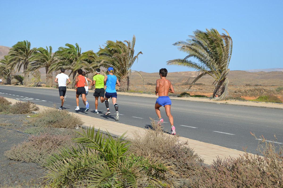 Un gruppo degli atleti che si allenano nella frazione di corsa