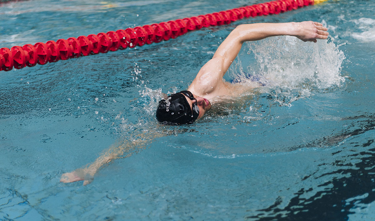 Un atleta che si allena nella frazione di nuoto del triathlon